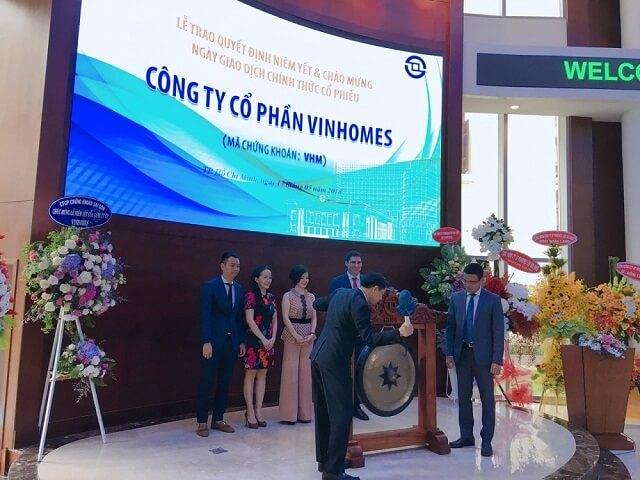 Ông Nguyễn Việt Quang đánh cồng tại phiên chào sàn cổ phiếu Vinhomes