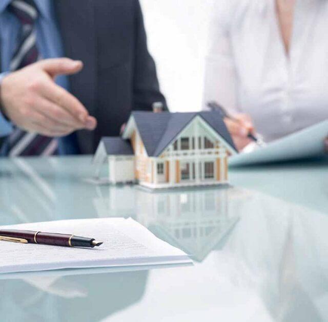 Lựa chọn Đại lý BĐS chuyên nghiệp sẽ giúp người mua nhà giảm rủi ro khi mua bán. (Ảnh minh họa)