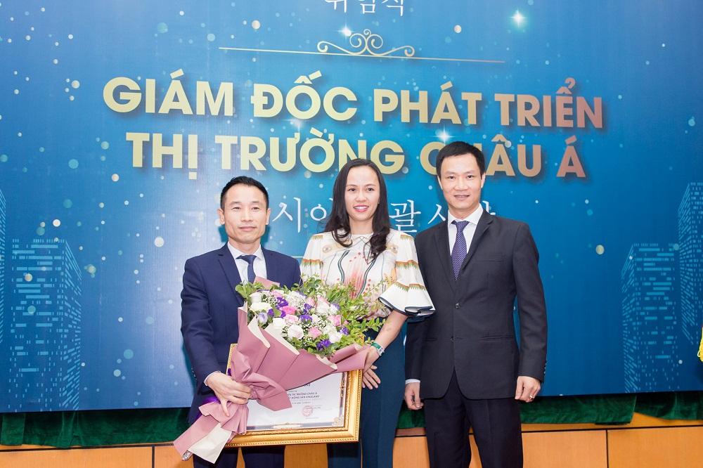 Buổi lễ bổ nhiệm Giám đốc Phát triển thị trường Châu Á có sự tham gia của bà Lan Phương từ phía chủ đầu tư Vinhomes